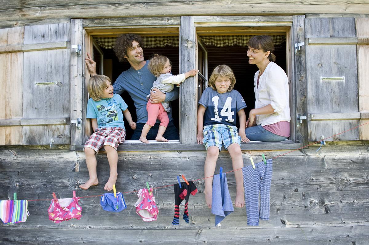GEO Saison: Reisen mit Kindern. Zwei Familien machen Urlaub auf der Alphuette. Produktion 2012.